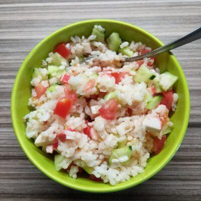Салат с рисом, крабовыми палочками и свежими овощами - рецепт с фото