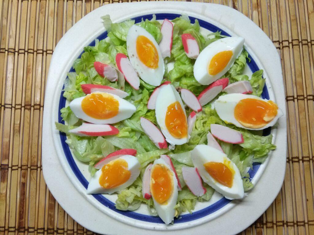 Фото рецепта - Салат с капустой, крабовыми палочками, яйцами и помидорами - шаг 3