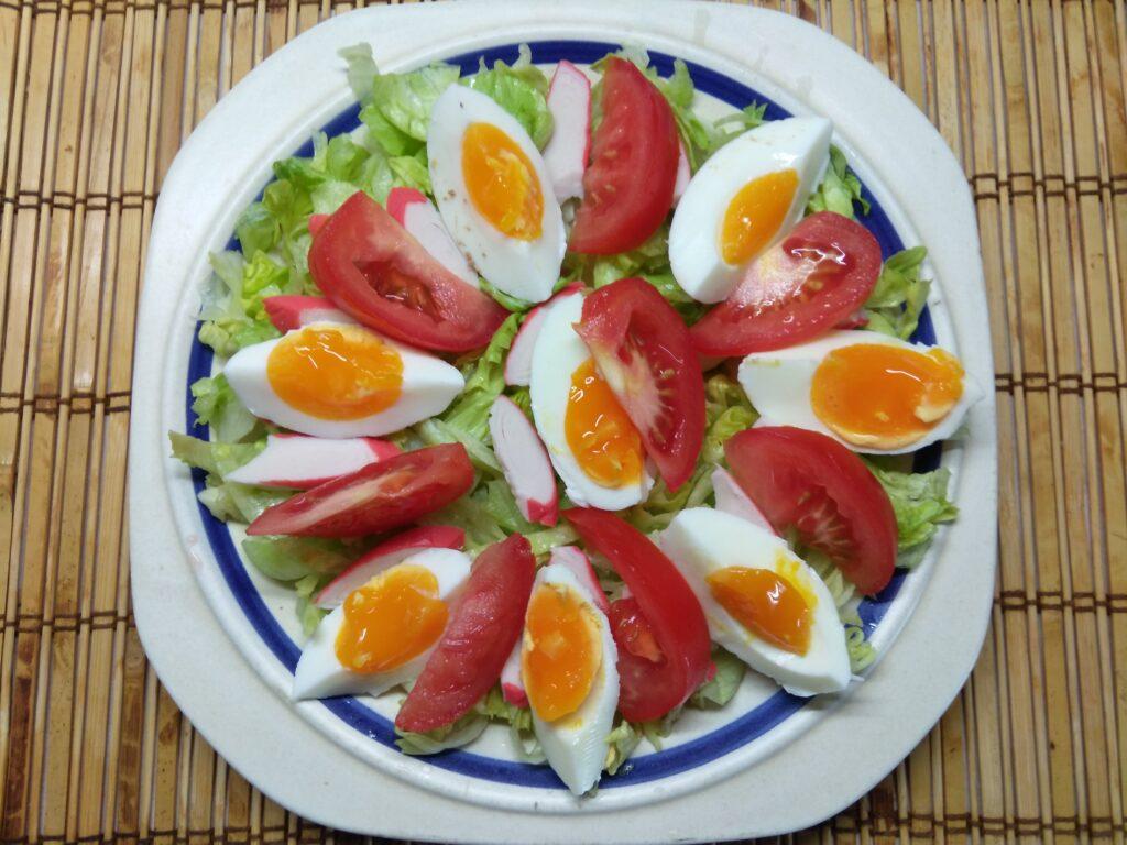 Фото рецепта - Салат с капустой, крабовыми палочками, яйцами и помидорами - шаг 4