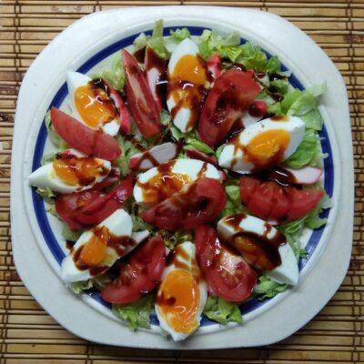 Салат с капустой, крабовыми палочками, яйцами и помидорами - рецепт с фото