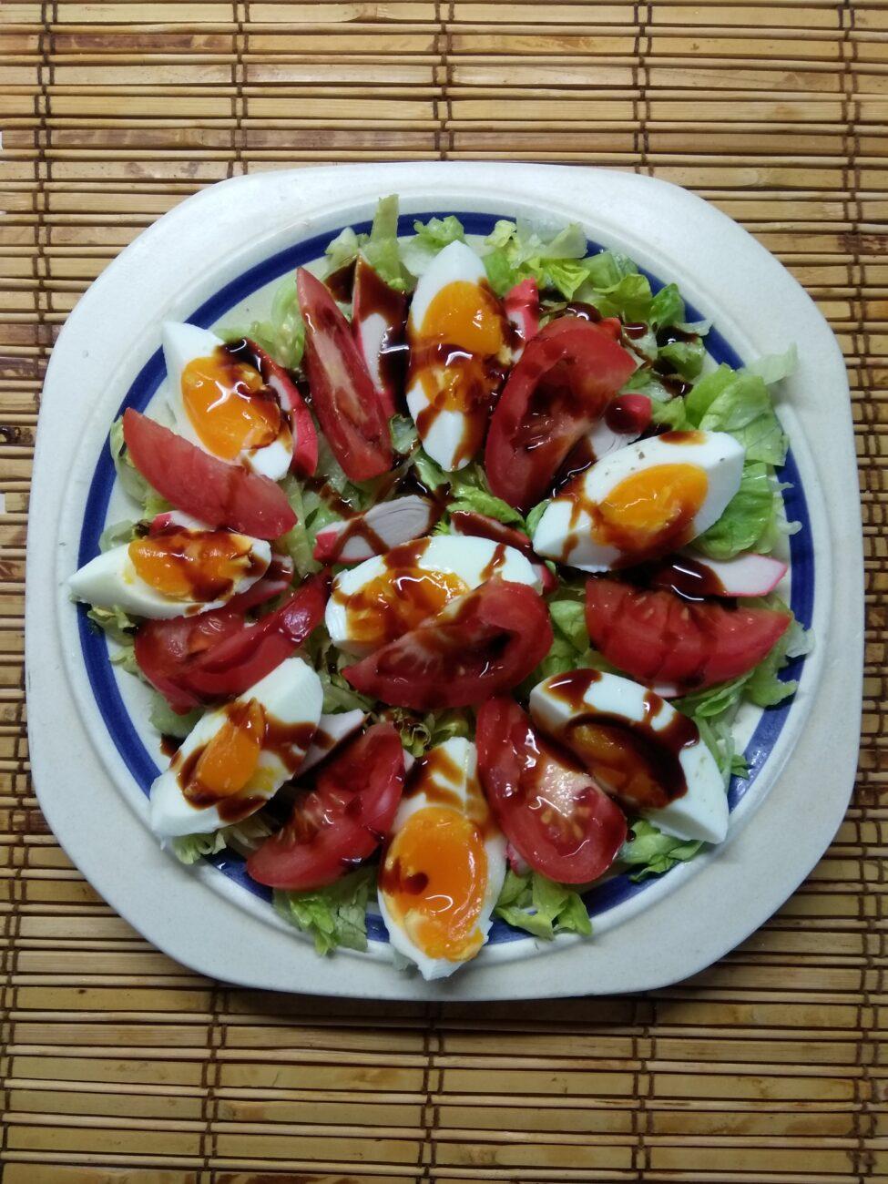 Салат с капустой, крабовыми палочками, яйцами и помидорами
