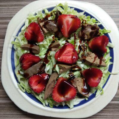 Салат с капустой, куриной печенью и клубникой - рецепт с фото