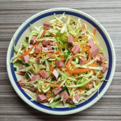 Салат с капустой, морковкой по-корейски и колбасой - рецепт с фото