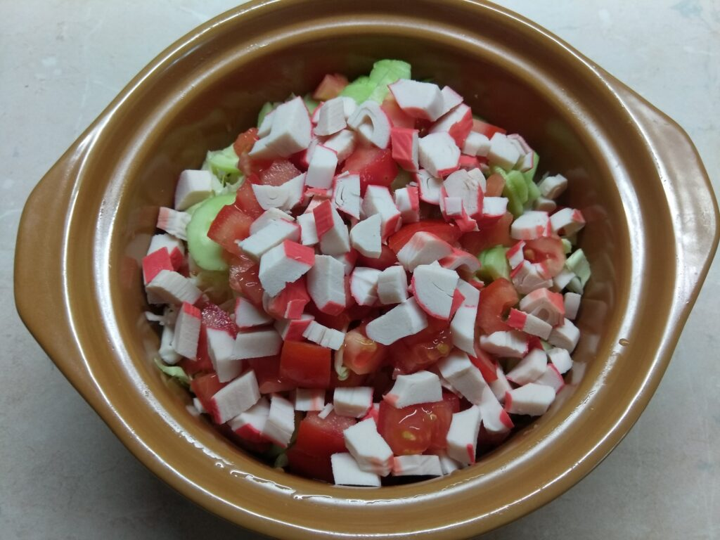 Фото рецепта - Салат с крабовыми палочками, капустой и морковкой по-корейски - шаг 5