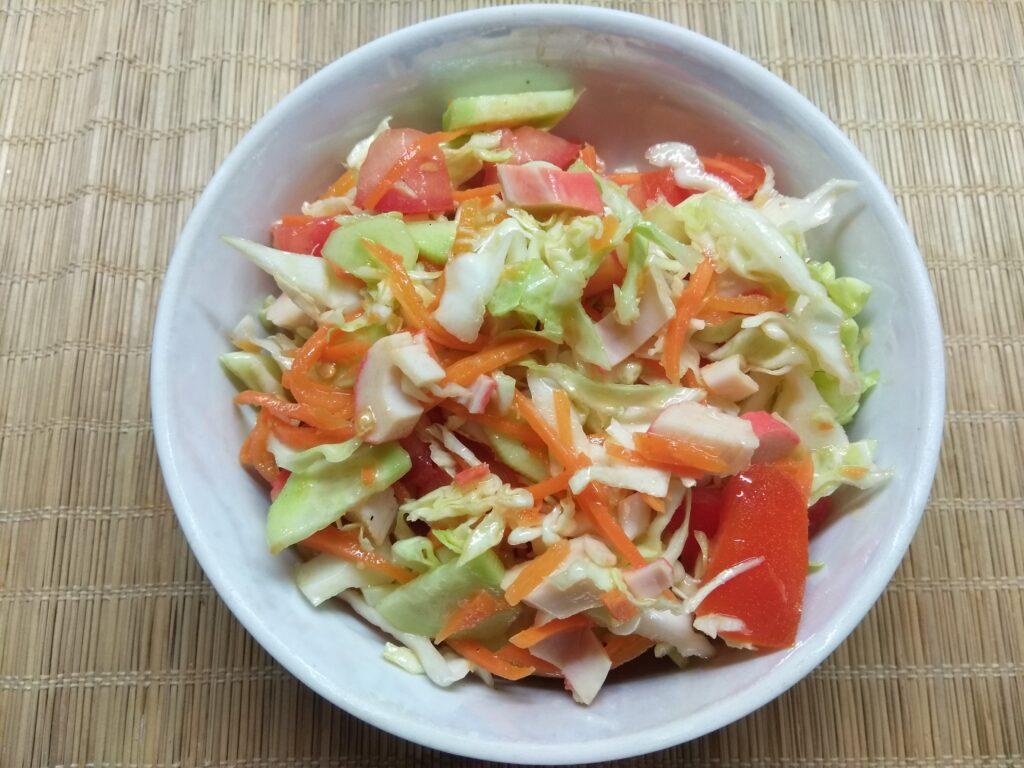 Фото рецепта - Салат с крабовыми палочками, капустой и морковкой по-корейски - шаг 6