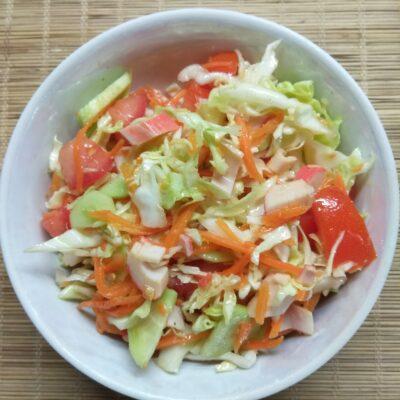 Салат с крабовыми палочками, капустой и морковкой по-корейски - рецепт с фото