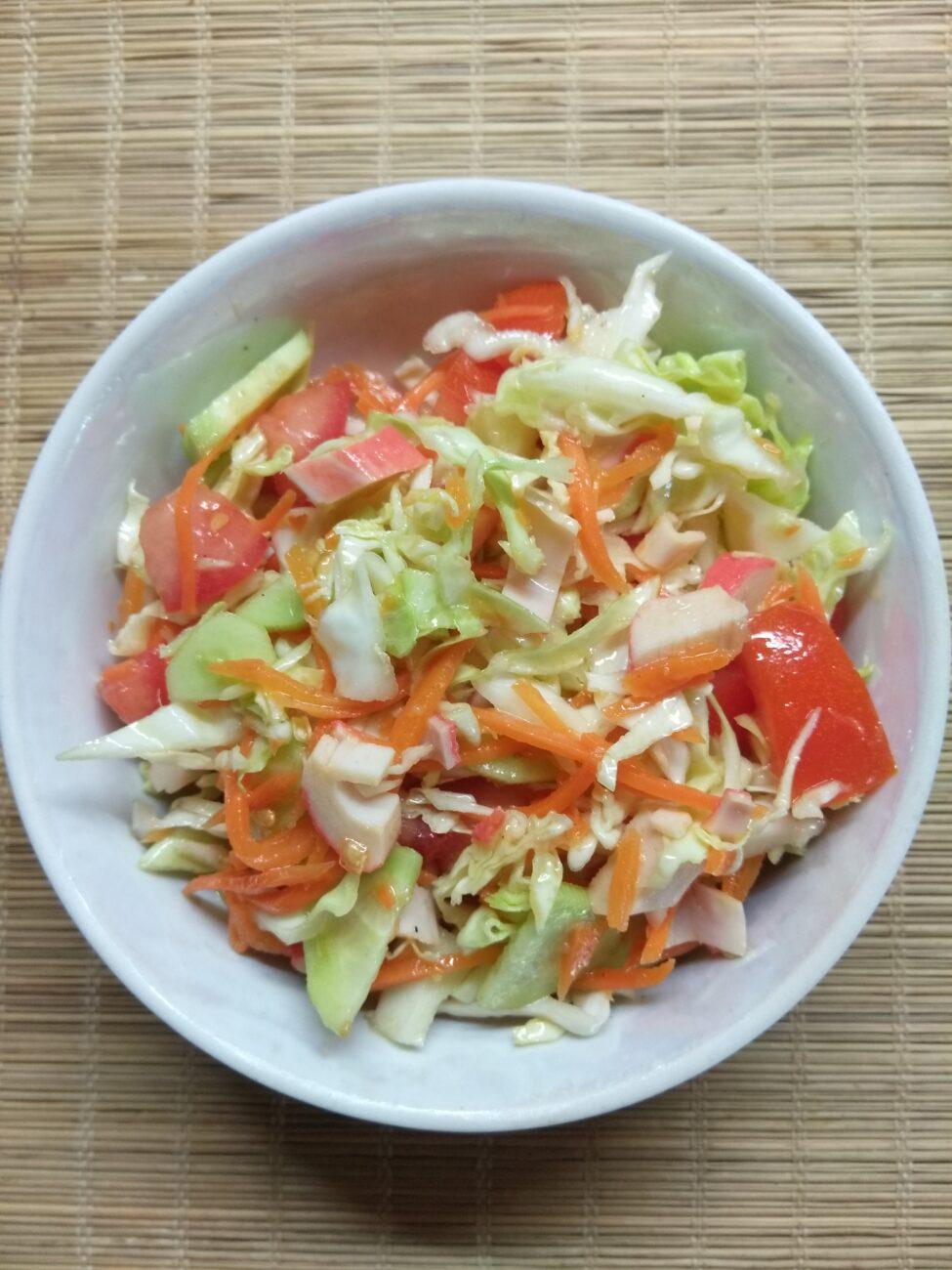 Салат с крабовыми палочками, капустой и морковкой по-корейски