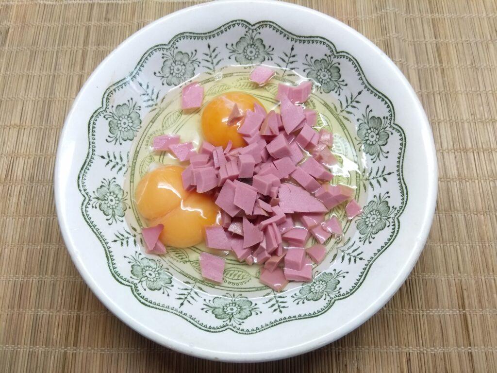Фото рецепта - Омлет с колбасой и морковкой по-корейски - шаг 2