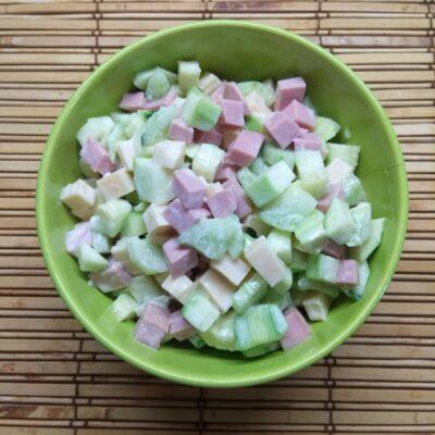 Салат с колбасой, кабачками, огурцами и сыром Радомер - рецепт с фото