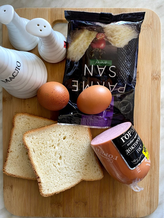 Фото рецепта - Конвертик из яичницы с колбасой и сыром - шаг 1