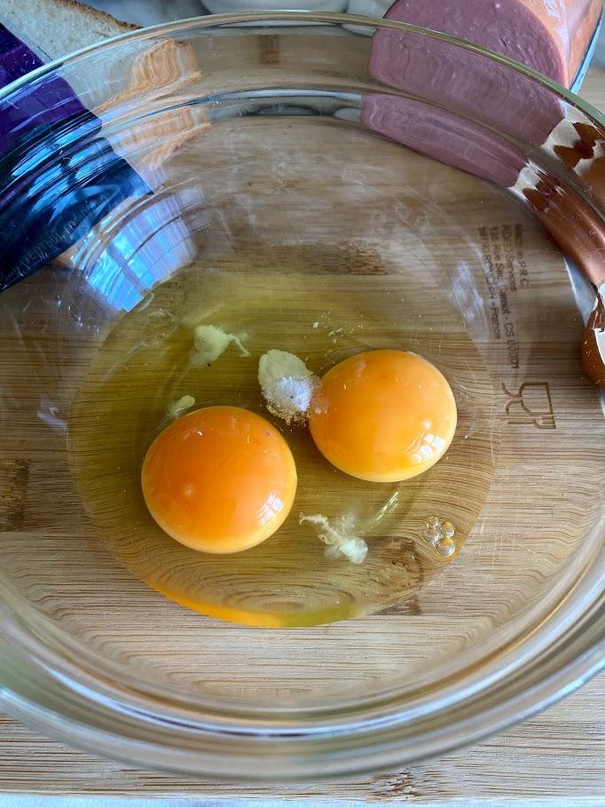 Фото рецепта - Конвертик из яичницы с колбасой и сыром - шаг 2