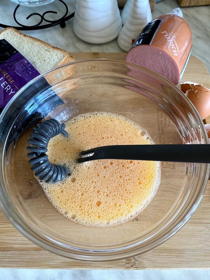 Фото рецепта - Конвертик из яичницы с колбасой и сыром - шаг 3