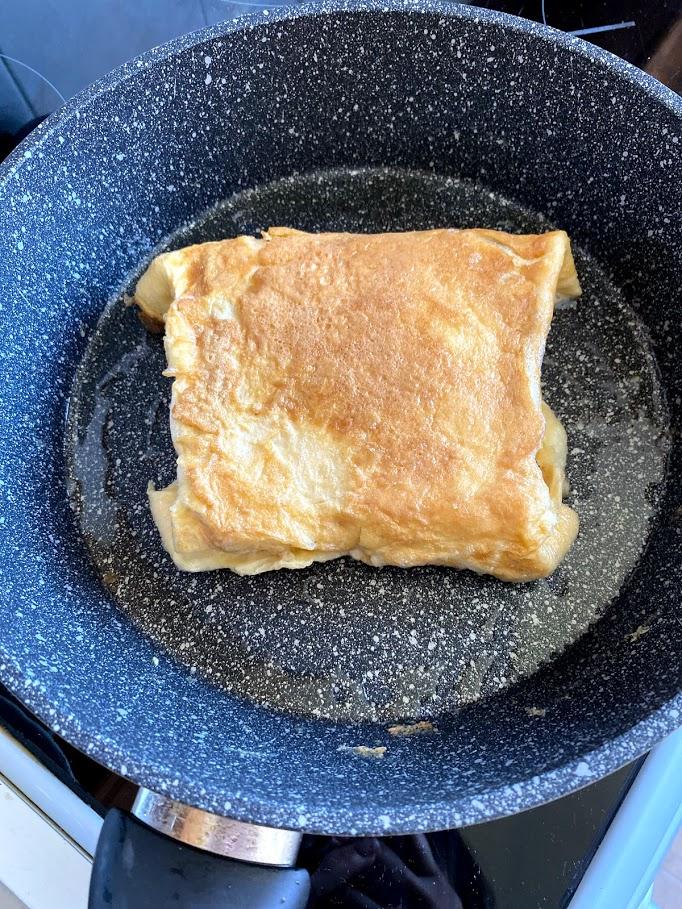 Фото рецепта - Конвертик из яичницы с колбасой и сыром - шаг 8