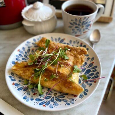 Конвертик из яичницы с колбасой и сыром - рецепт с фото