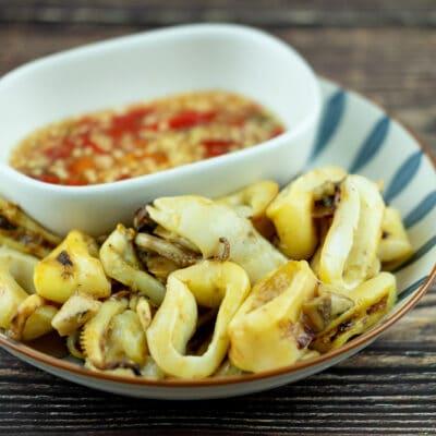 Кальмары на гриле с чесночным соусом