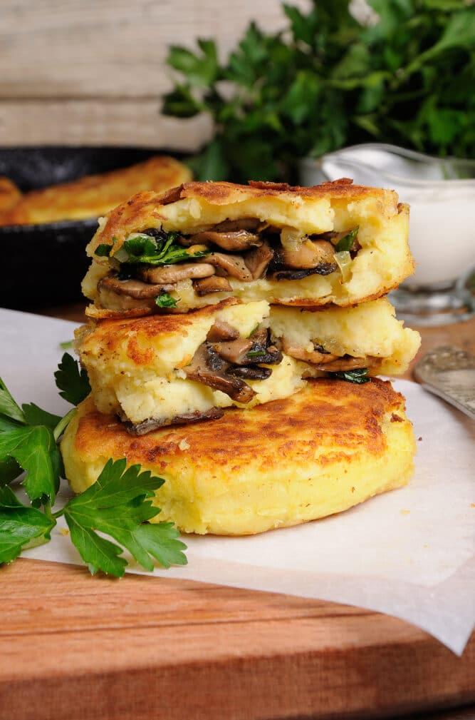 Фото рецепта - Картофельные зразы с грибами - шаг 6