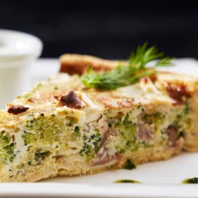 Киш с мясом, брокколи и сыром