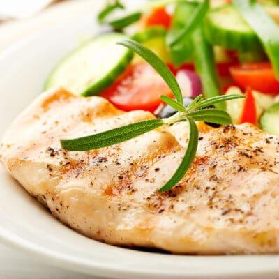 Курица, приготовленная на гриле с овощным салатом