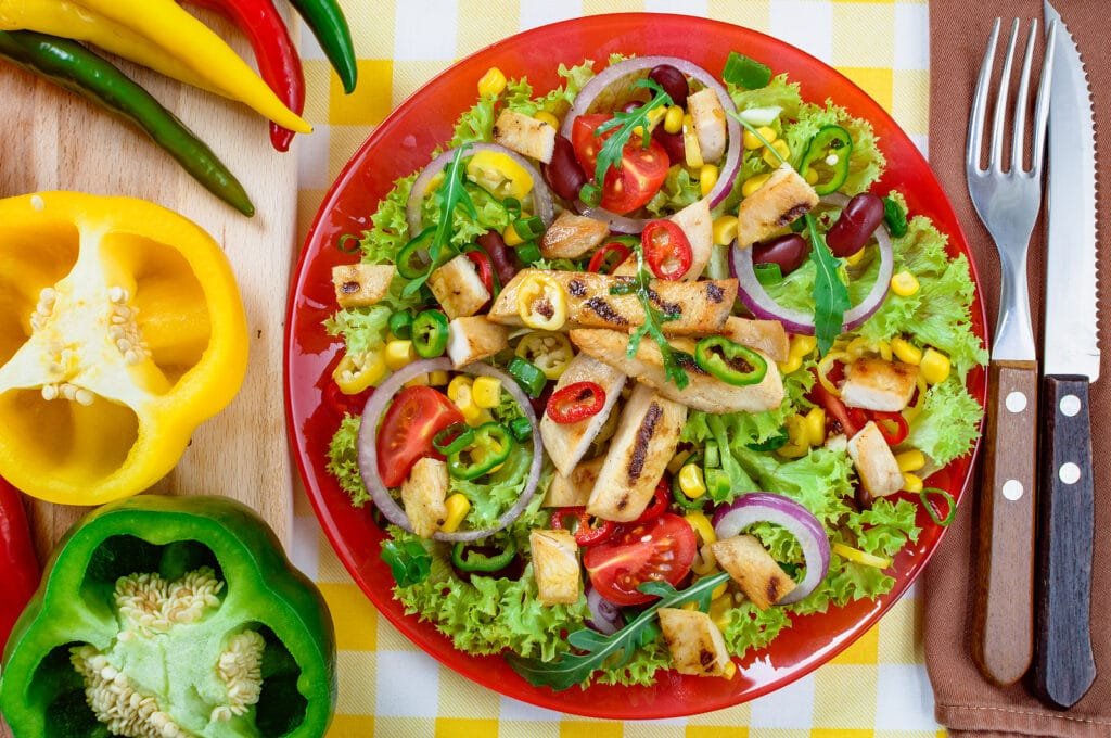 Фото рецепта - Острый мексиканский салат с курицей и овощами - шаг 6