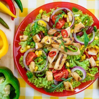 Острый мексиканский салат с курицей и овощами