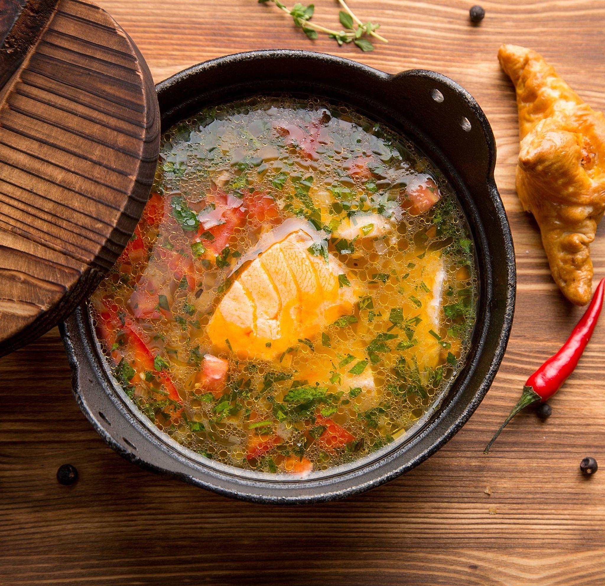 Острый рыбный суп с семгой и овощами