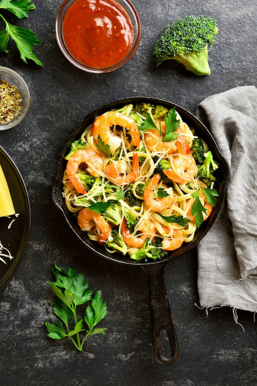 Паста с брокколи и креветками с чесноком