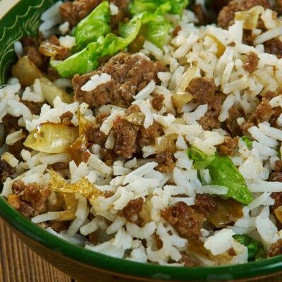 Рис с говяжьим фаршем в сковороде