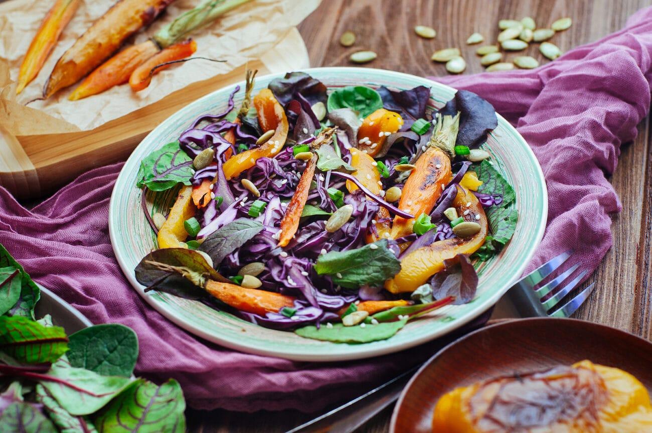 Салат из красной капусты и запеченной моркови