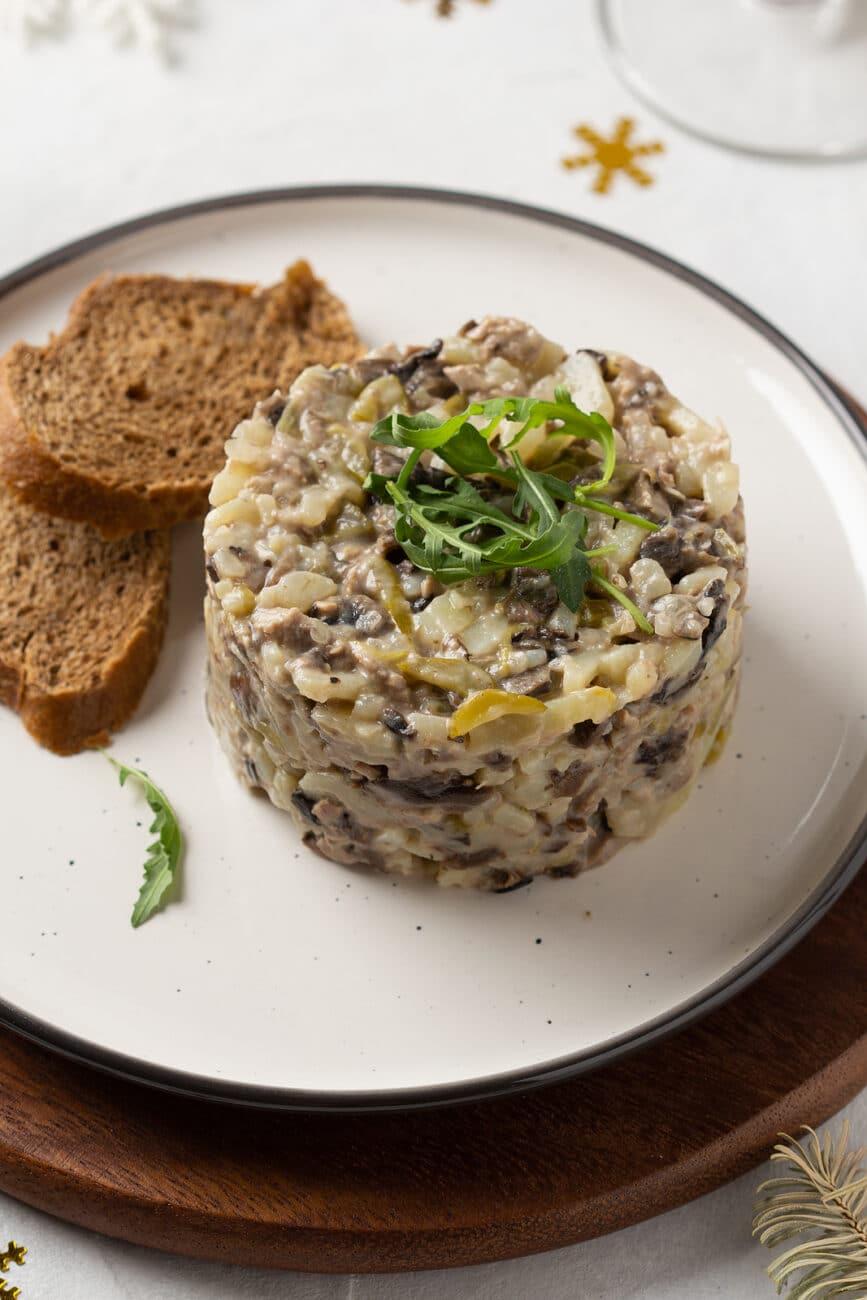 Салат с грибами, говядиной и картофелем