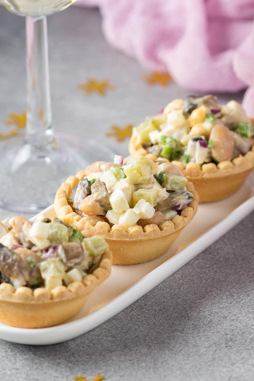 Салат в тарталетках с копченой курицей и фасолью