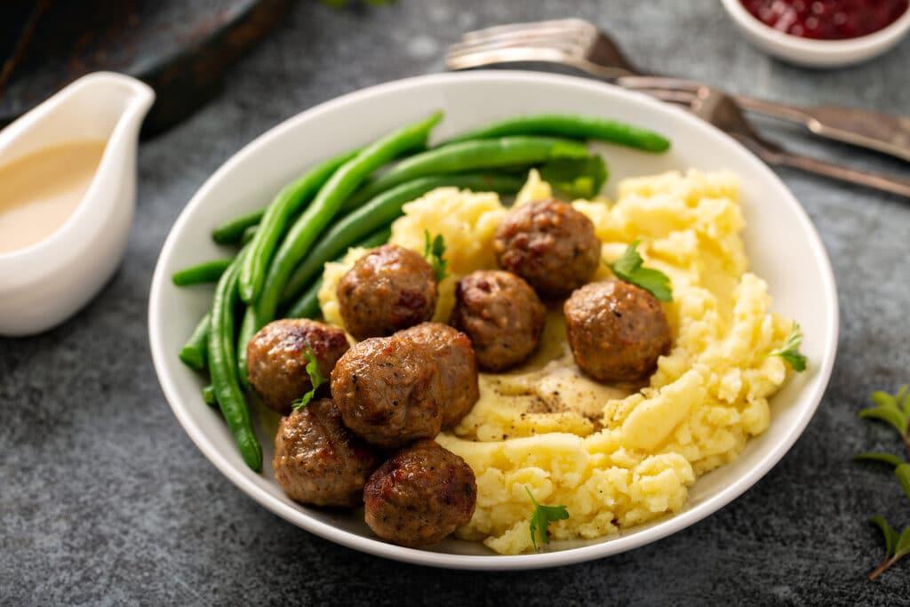 Фото рецепта - Шведские жареные тефтели с картофельным пюре - шаг 5