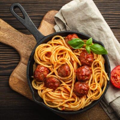 Спагетти в томатном соусе с фрикадельками