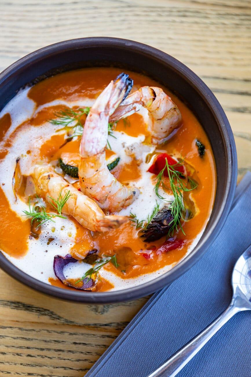 Томатный суп-пюре с цукини и креветками