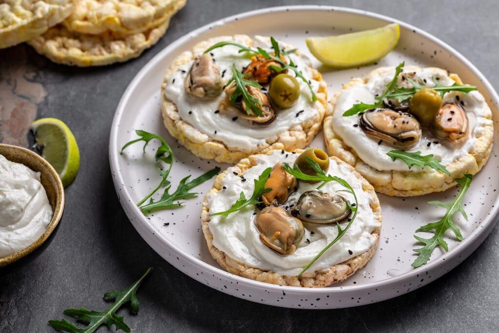 Фото рецепта - Закуска с мидиями и творожным сыром - шаг 6