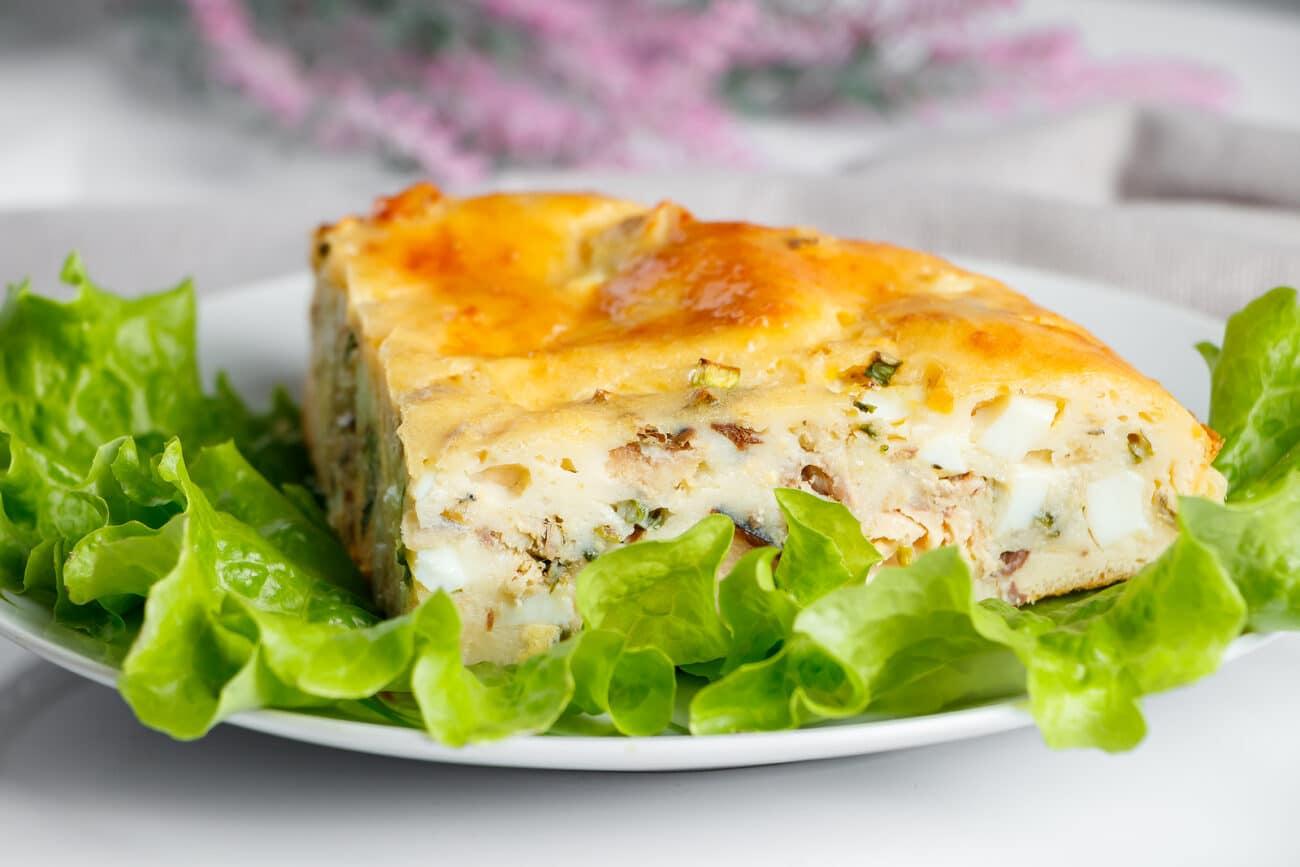 Заливной рыбный пирог с яйцами и зеленым луком