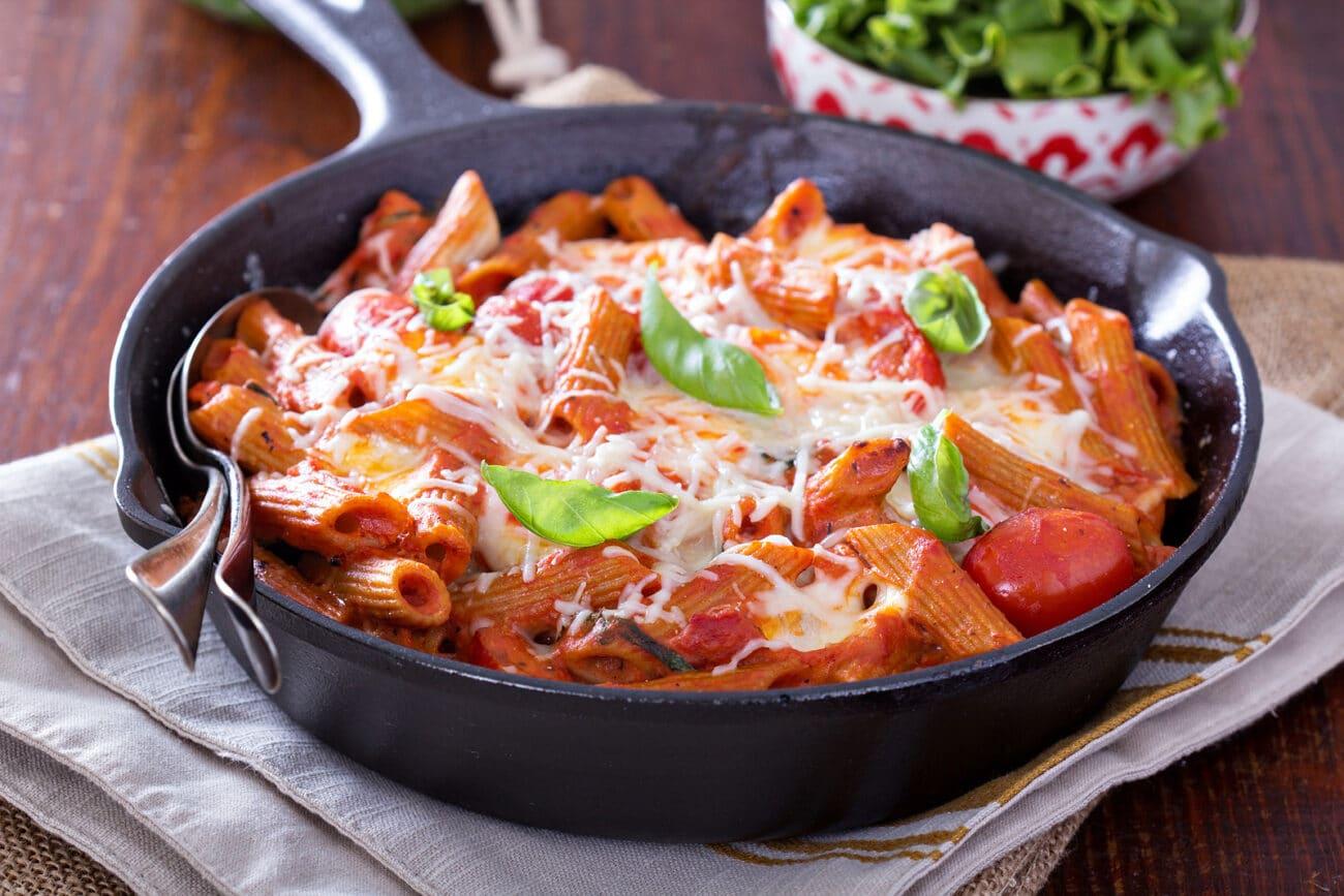 Запеченная паста с томатами и моцареллой