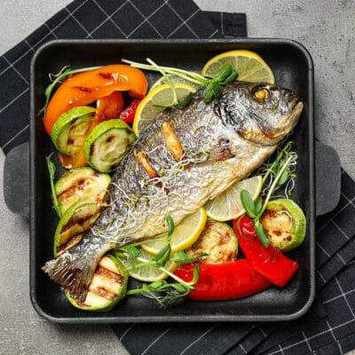 Запеченная рыба дорадо с овощами гриль