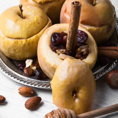 Запеченные яблоки с орехами и ягодами
