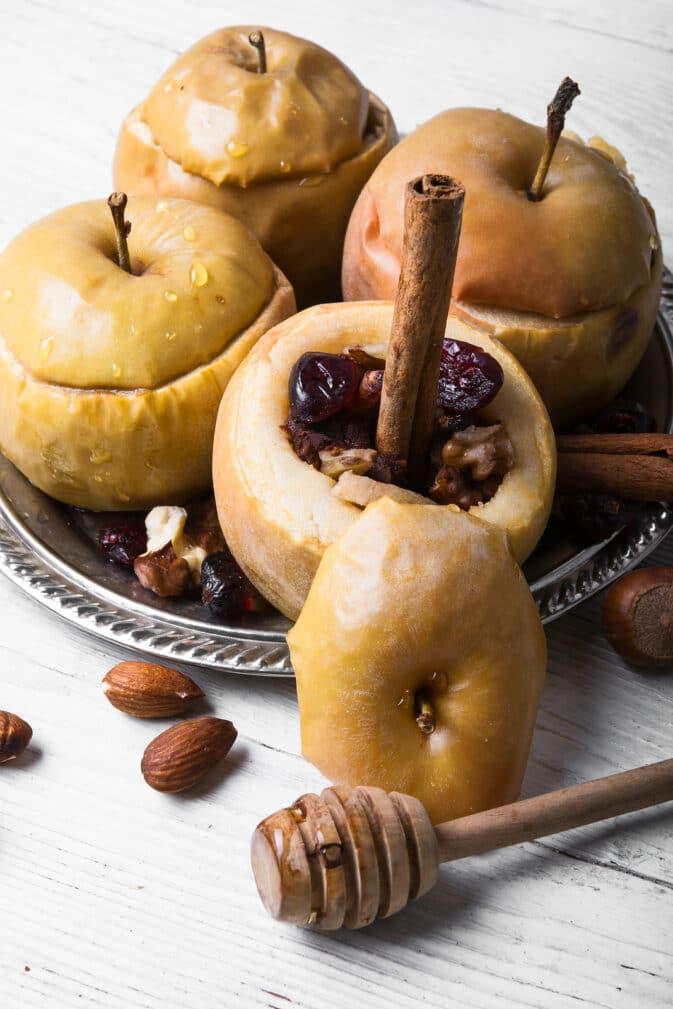 Фото рецепта - Запеченные яблоки с орехами и ягодами - шаг 7
