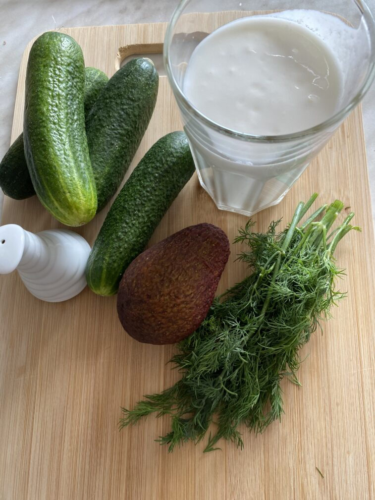 Фото рецепта - Огуречный гаспачо с авокадо - шаг 1