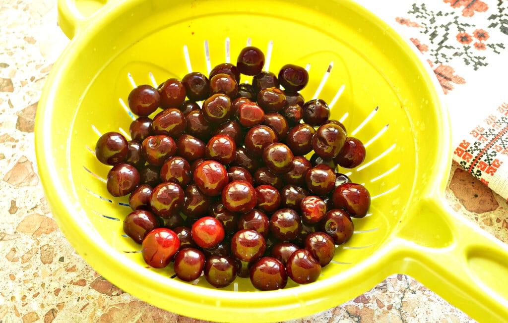 Фото рецепта - Конвертики из блинов с вишневой начинкой - шаг 1