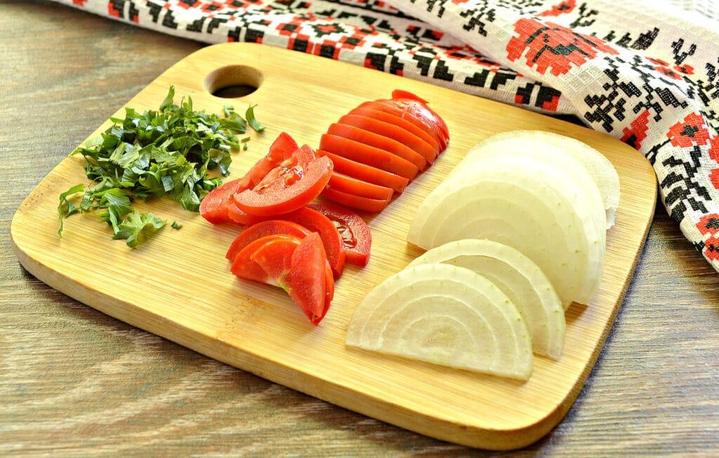 Фото рецепта - Яичница с луком, помидорами и зеленью - шаг 1