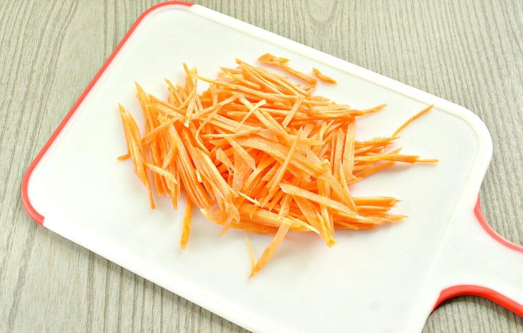 Фото рецепта - Пикантная закуска из помидоров с зеленью и морковью - шаг 2
