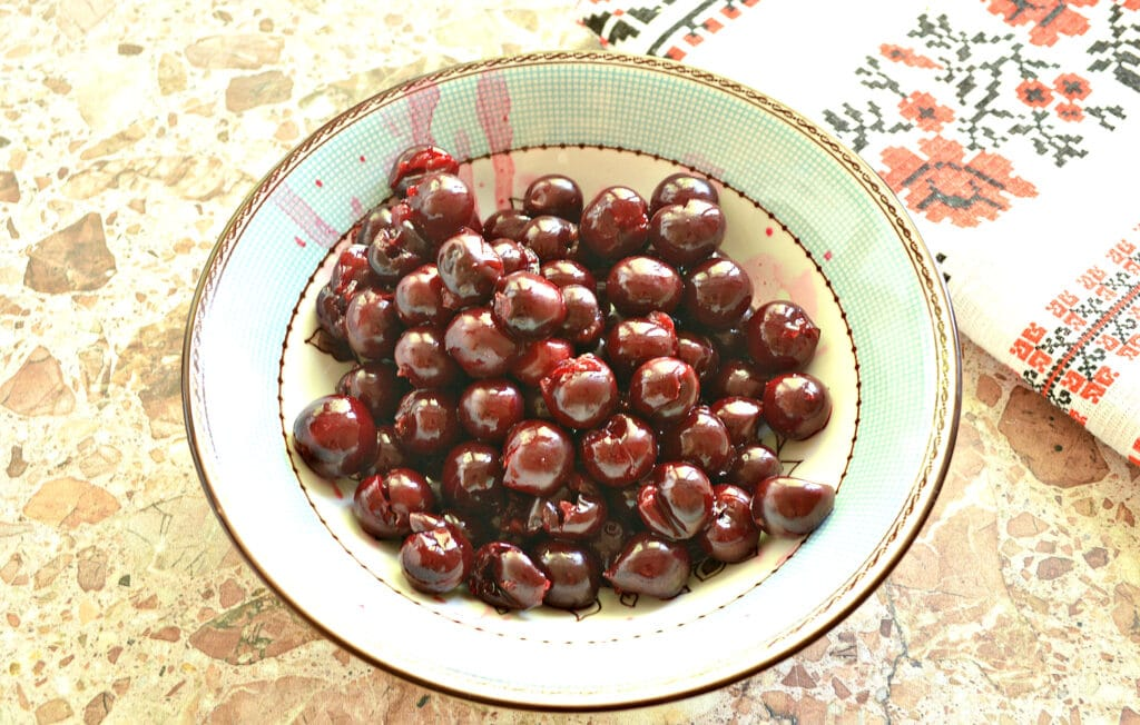 Фото рецепта - Конвертики из блинов с вишневой начинкой - шаг 2
