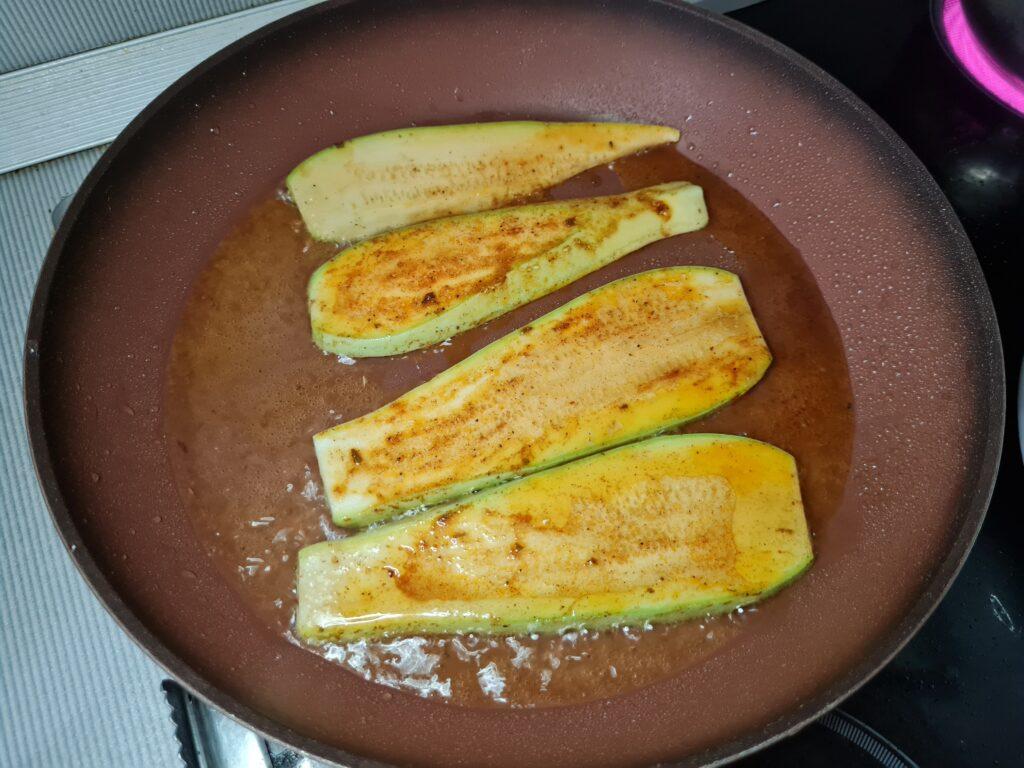 Фото рецепта - Кабачковые роллы с сырной начинкой - шаг 4
