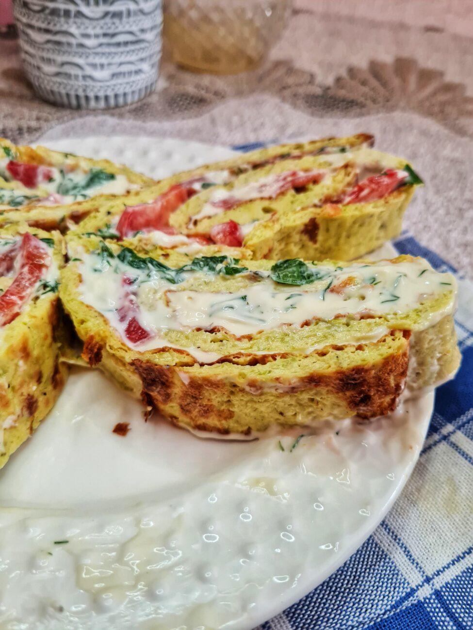 Рулет из кабачков с плавным сыром и помидорами