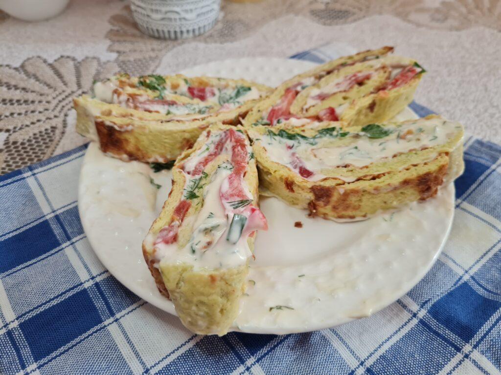 Фото рецепта - Рулет из кабачков с плавным сыром и помидорами - шаг 9