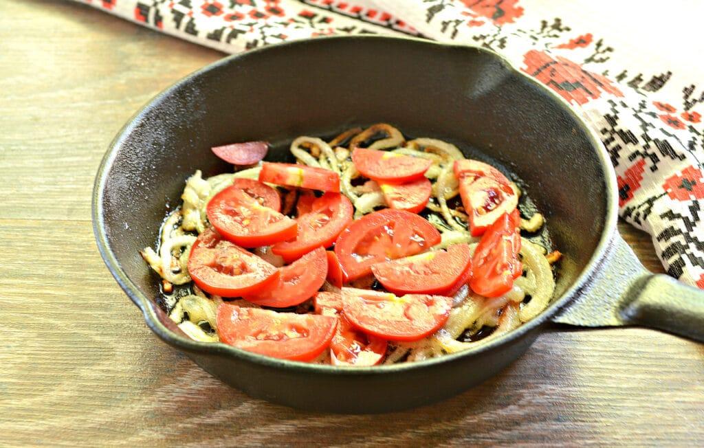 Фото рецепта - Яичница с луком, помидорами и зеленью - шаг 3