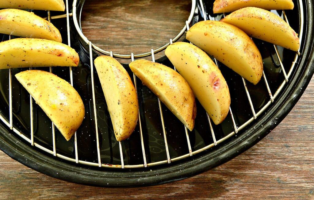 Фото рецепта - Картофель по-деревенски в сковороде гриль-газ - шаг 4