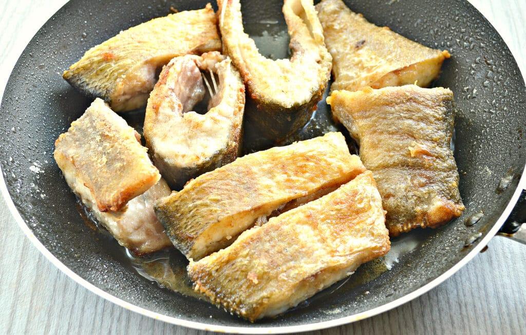 Фото рецепта - Рыба в томатно-сметанном соусе на сковороде - шаг 4